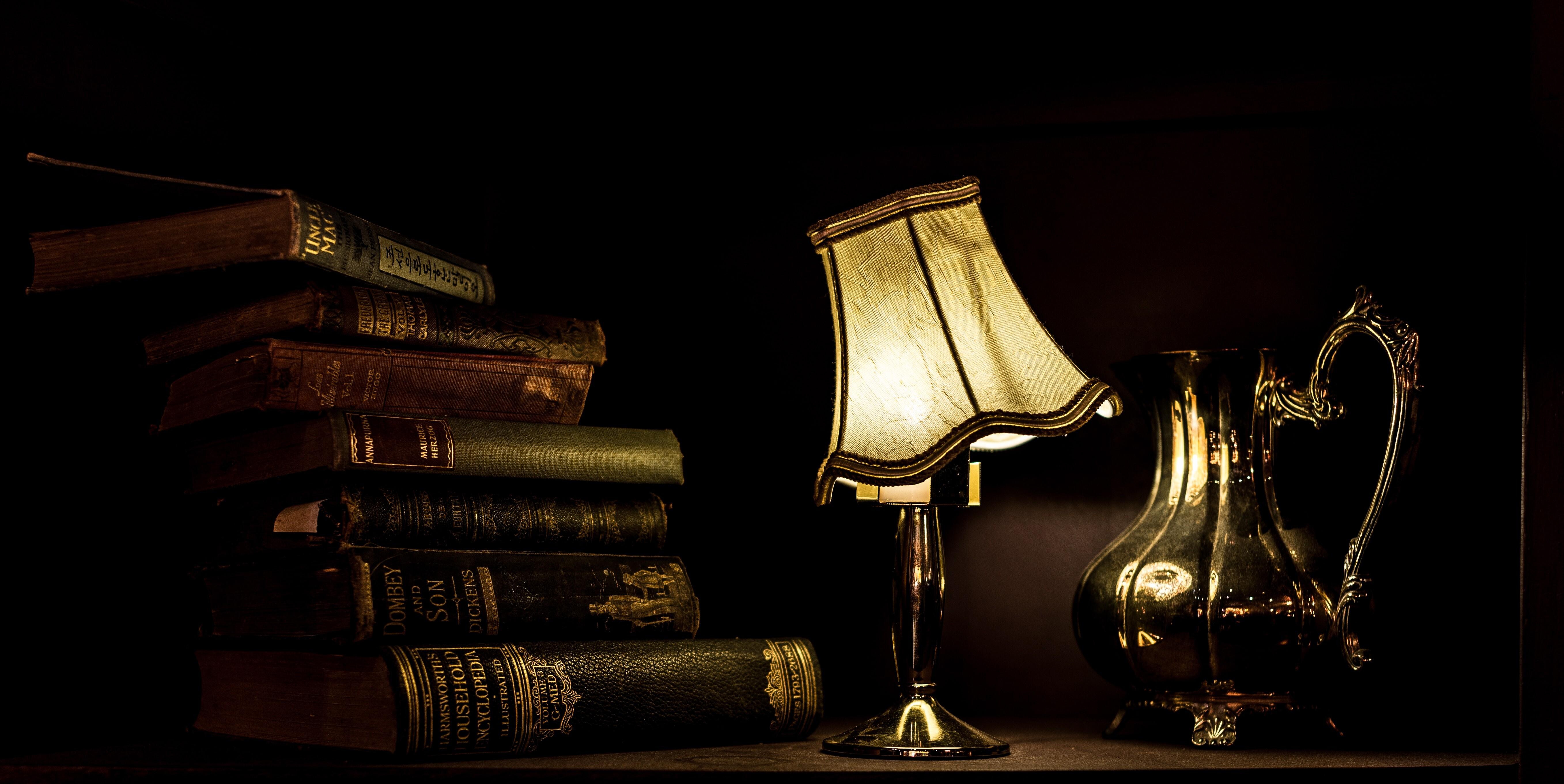 alte Bücher und eine Lampe