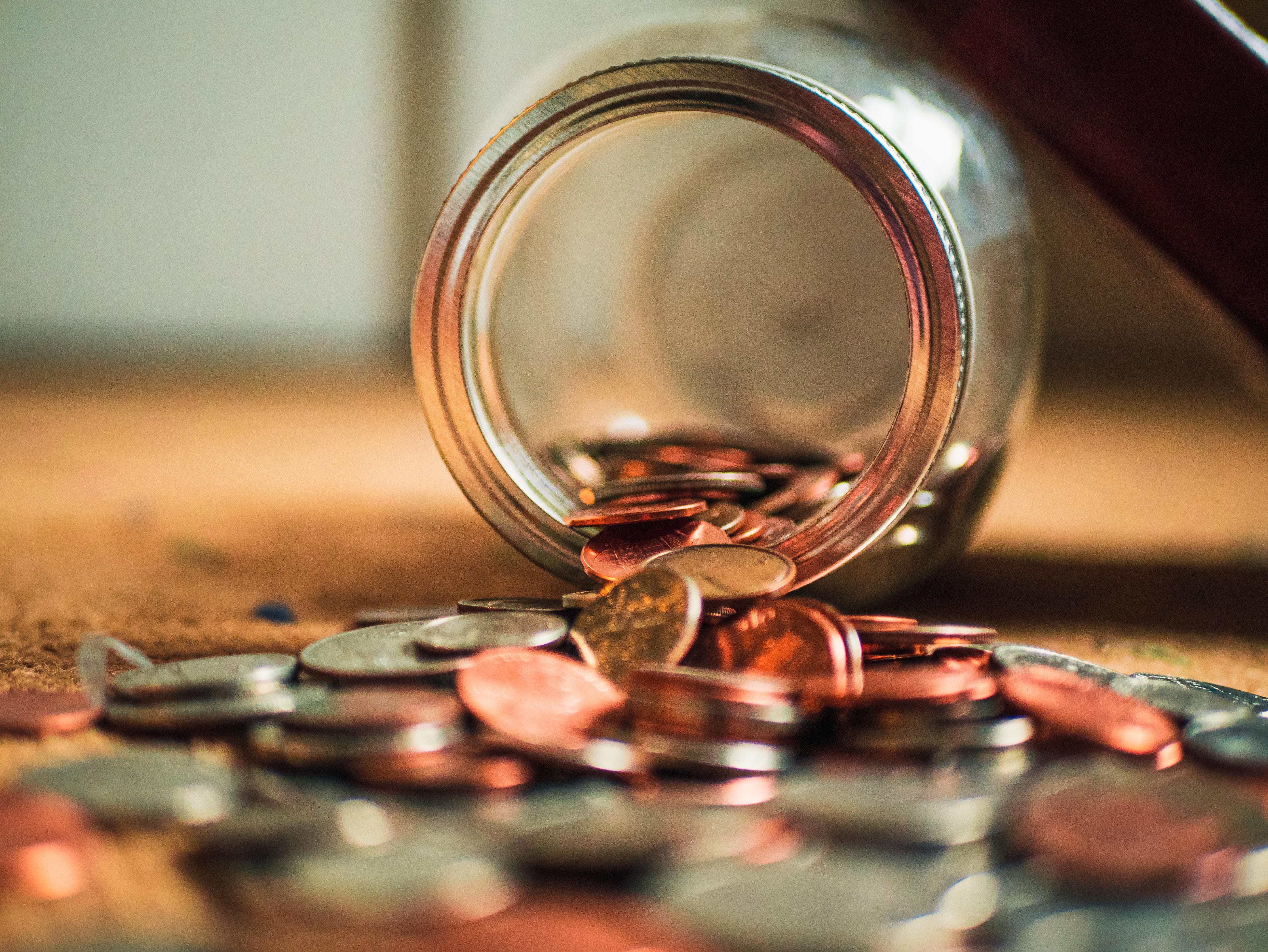 Münzen aus einem Glas